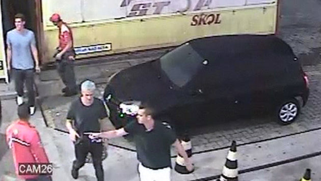 Lochte mit seinen Kollegen an der Tankstelle (Bild: AP)