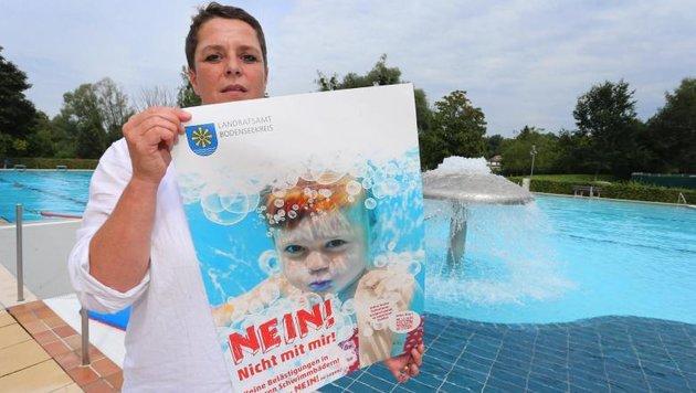 """Veronika Wäscher-Göggerle mit dem Plakat der Aktion """"Nein! Nicht mit mir!"""" (Bild: APA/dpa)"""