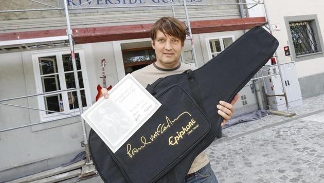 Michael Steinitz nach dem Einbruch vor seinem Geschäft am Ursulinenplatz (Bild: Markus Tschepp)