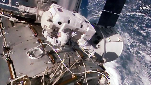 US-Astronautin Kate Rubins beim Außeneinsatz an der ISS (Bild: AFP/NASA)
