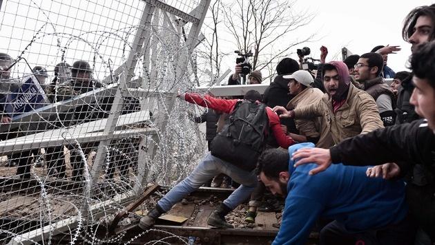 Grenzsturm im griechischen Idomeni im April - nun drohen neue Asylwellen aus Italien. (Bild: AFP)