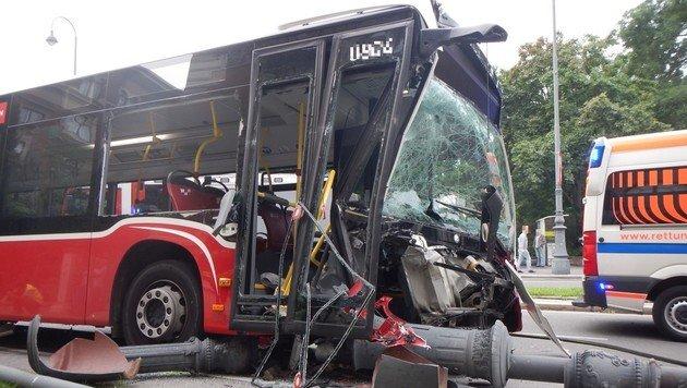 Wiener Linienbus mäht Straßenlaternen um (Bild: APA/GEORG HOCHMUTH)