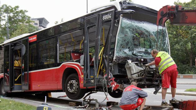 Bus rammt Laternen: Lenker wurde schwarz vor Augen (Bild: APA/GEORG HOCHMUTH)