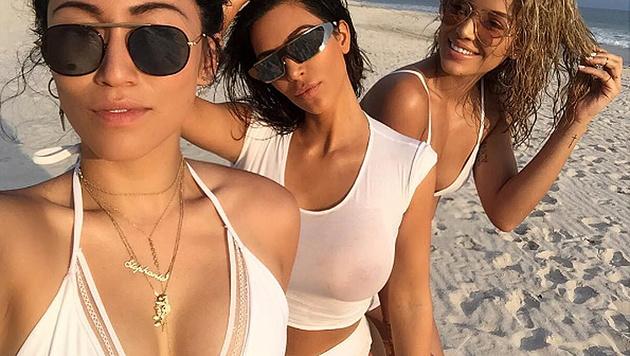 Kim Kardashian hat mal wieder munter nix drunter. (Bild: instagram.com/golden_barbie)