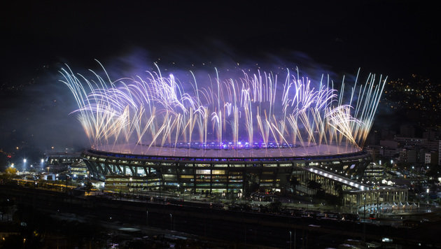 Feuerwerk bei der Olympia-Abschlussfeier in Rio (Bild: AP)