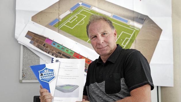"""SCWN-Präsident Hans Reinisch besuchte mit seinen Stadionplänen die """"Krone"""". (Bild: Reinhard Holl)"""