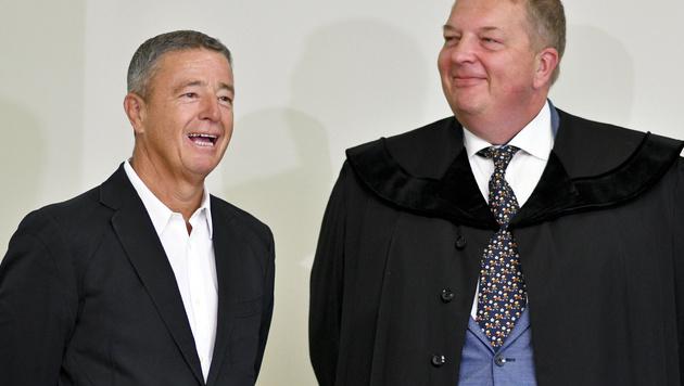 FPÖ-Werber Gernot Rumpold (li.) und Anwalt Markus Singer (Bild: APA/HERBERT NEUBAUER)