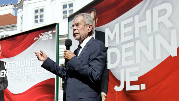 Wahlkampf: Van der Bellen griff zum Schießprügel (Bild: APA/GEORG HOCHMUTH)