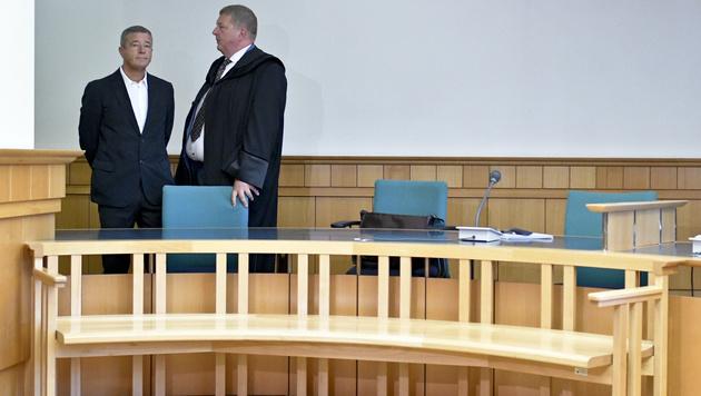 Gernot Rumpold (li.) und Anwalt Markus Singer (Bild: APA/HERBERT NEUBAUER)