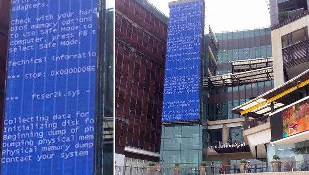 15 Meter hoch: Ist dies der weltgr��te Bluescreen? (Bild: facebook.com/Blake Sibbitt)