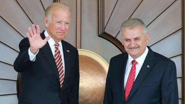 US-Vizepräsident Joe Biden (li.) mit dem türkischen Regierungschef Binali Yildirim in Ankara (Bild: APA/AFP/ADEM ALTAN)