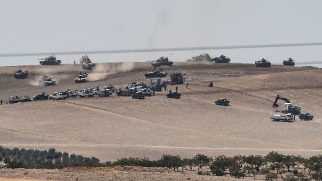 Türkische Panzer und Militärfahrzeuge in der Nähe von Jarablus (Bild: APA/AFP/BULENT KILIC)