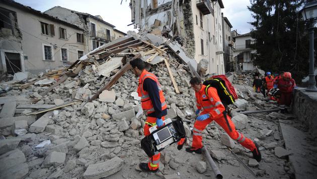 Massenhaft Tote bei schwerem Erdbeben in Italien (Bild: AP)