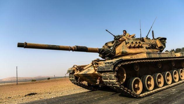 Ein türkischer Panzer rollt Richtung Syrien. (Bild: AFP/BULENT KILIC)