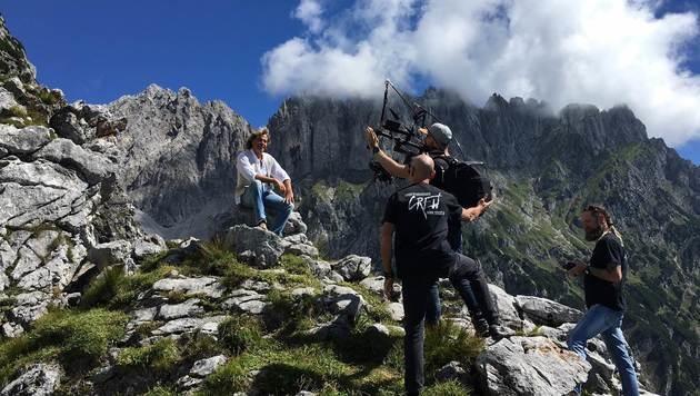 Mit Filmcrew auf 1600 Höhenmetern unterwegs: Hansi Hinterseer (Bild: Recka Hammann)