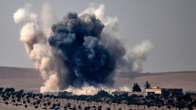 Die Türkei bombardiert Ziele bei Jarablus. (Bild: APA/AFP/BULENT KILIC)