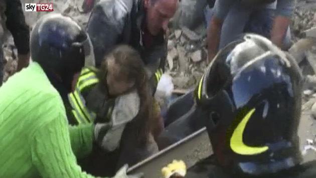 Die kleine Giorgia wurde gerettet. Für ihre Schwester kam jede Hilfe zu spät. (Bild: AP)