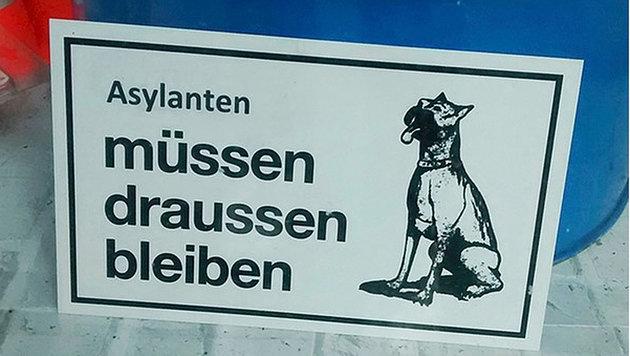 """Schild """"Asylanten müssen draußen bleiben"""" regt auf (Bild: Twitter.com/TV Oberfranken)"""