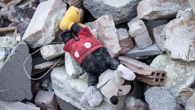 Mädchen (4) nach 17 Stunden aus Trümmern gerettet (Bild: ANSA)