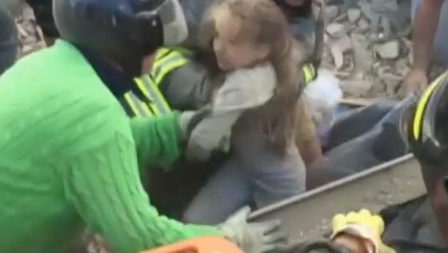 Mädchen (4) nach 17 Stunden aus Trümmern gerettet (Bild: Sky TG24)