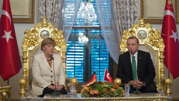 Deutschlands Kanzlerin Merkel bei Gesprächen über den Flüchtlingsdeal mit Türkei-Präsident Erdogan (Bild: AFP)