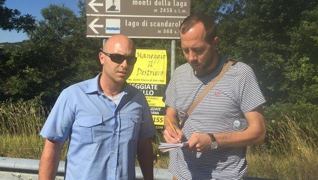 """""""Krone""""-Reporter Matthias Lassnig mit Amelio T.: Er verlor seinen Cousin und dessen Freundin. (Bild: Andi Schiel)"""