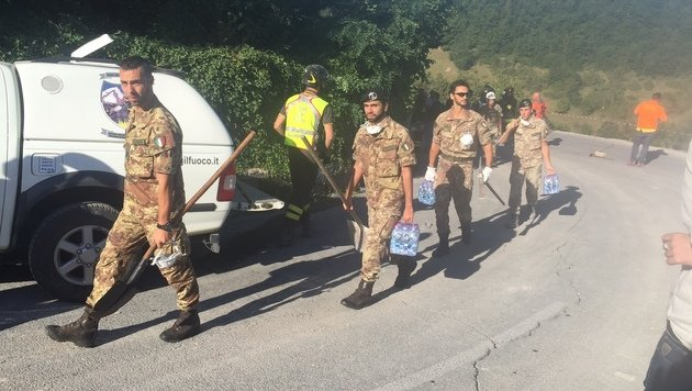 Auch das italienische Milit�r wurde in die Krisenregion entsandt. (Bild: Andi Schiel)