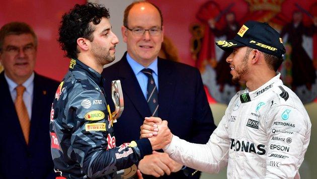 Daniel Ricciardo (links) mit Lewis Hamilton bei der Siegerehrung in Monaco. (Bild: AFP)
