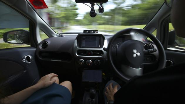 Erste Tests mit Roboter-Taxis in Singapur (Bild: AP)