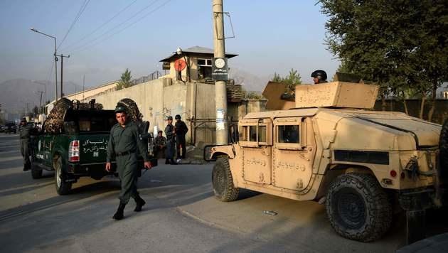 Sicherheitskräfte vor der Amerikanischen Universität in Kabul (Bild: APA/AFP/WAKIL KOHSAR)
