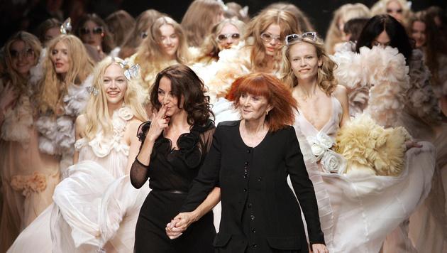 Sonia Rykiel mit Tochter Nathalie Rykiel nach der Fashionshow 2008 (Bild: AP2007)