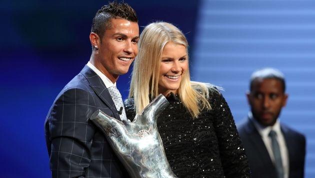 Ronaldo mit Ada Hegerberg, Europas Fußballerin des Jahres (Bild: APA/AFP/VALERY HACHE)