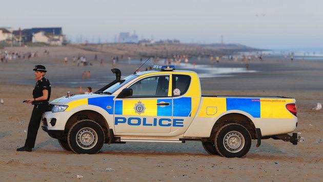Polizeieinsatz an der Küste in Sussex (Bild: AP)