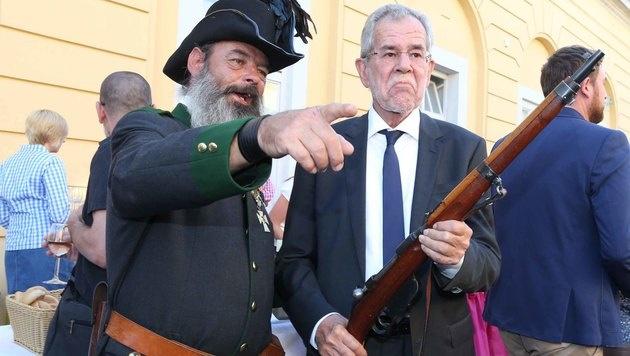 Wahlkampf: Van der Bellen griff zum Schießprügel (Bild: Reinhard Judt)