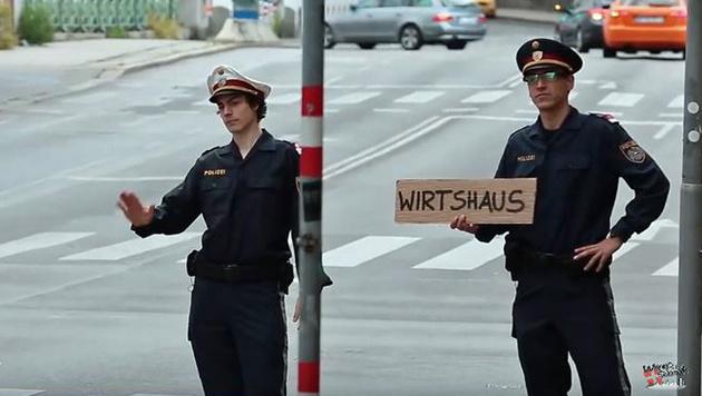 """""""Wiener Schmäh"""" wird Amtsanmaßung vorgeworfen (Bild: Screenshot YouTube.com)"""