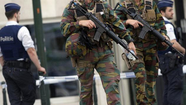 Belgische Soldaten bei der Patrouille in Brüssel (Bild: AP)