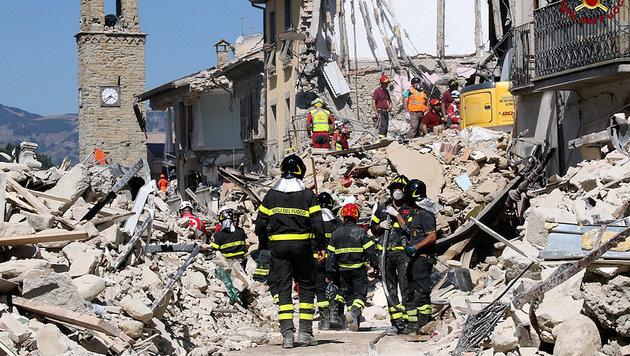 Nach schwerem Beben: Ganz Italien zeigt Herz (Bild: AP)