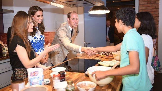 Kate und William haben mit Jugendlichen Brownies gebacken. (Bild: AFP)