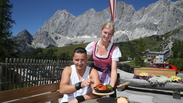 Andreas Gabalier genoss bei Hütten-Chefin Johanna ein Türlwand-Pfandl. (Bild: Sepp Pail)
