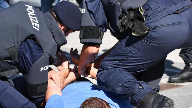Zechpreller verletzen 2 Polizisten teils schwer (Bild: APA/BARBARA GINDL (Symbolbild))