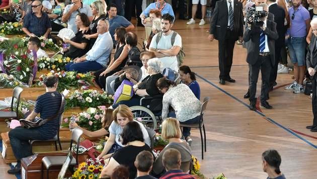 Italien nahm Abschied von Opfern des Erdbebens (Bild: APA/AFP/ALBERTO PIZZOLI)