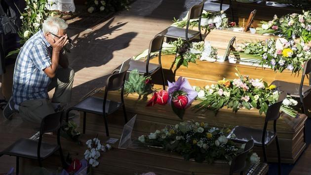 Italien nahm Abschied von Opfern des Erdbebens (Bild: AP)