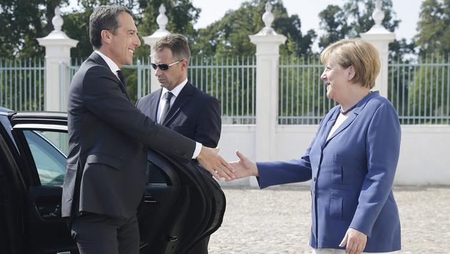 Merkel begrüßt Kern auf Schloss Meseberg (Bild: APA/BKA/ANDY WENZEL)