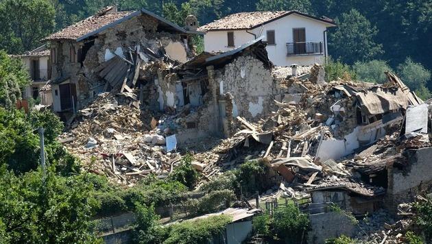 Zerstörte Häuser in Casale, einem Vorort von Amatrice. (Bild: APA/AFP/MARIO LAPORTA)
