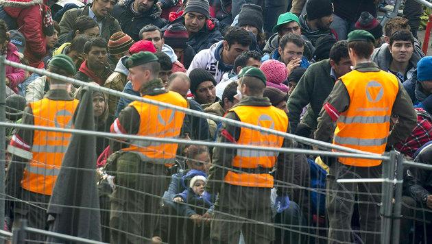 Im Sommer 2015 stürmten Zehntausende Flüchtlinge Österreich. (Bild: APA/ERWIN SCHERIAU)