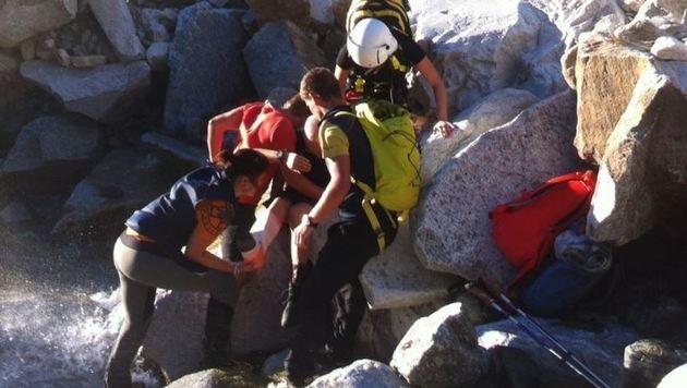 Den Helfern gelang es, den Verletzten in Gastein aus seiner misslichen Lage zu befreien. (Bild: Bergrettung)