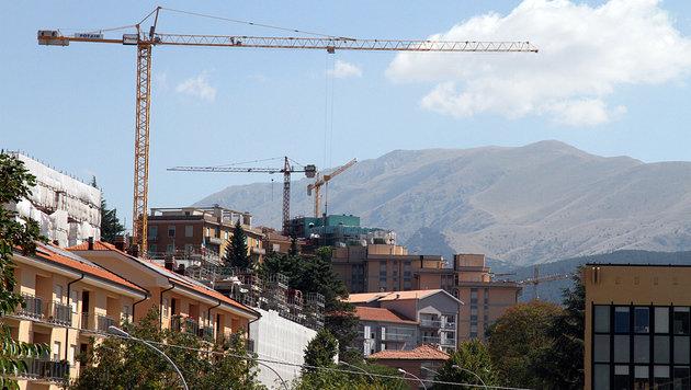 Zahlreiche Kräne prägen das Stadtbild von L'Aquila. (Bild: Andi Schiel)