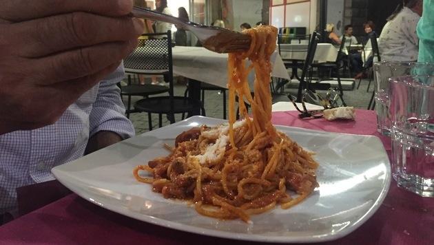Wirte spenden ihre Einnahmen aus dem Verkauf von Pasta all'Amatriciana an die zerstörte Stadt. (Bild: Associated Press)