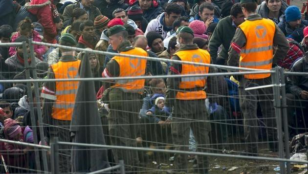 Im Spätsommer 2015 wurde Österreich von Zehntausenden Flüchtlingen gestürmt. (Bild: APA/ERWIN SCHERIAU)