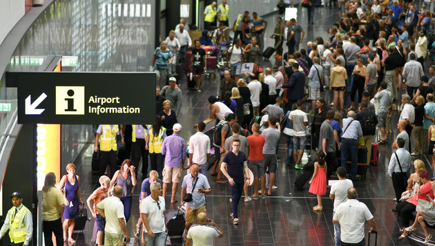 Zahlreiche Passagiere sa�en stundenlang am Wiener Flughafen fest. (Bild: APA/HERBERT NEUBAUER)